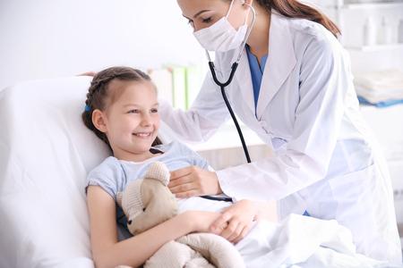 Photo pour Cute girl visiting doctor - image libre de droit