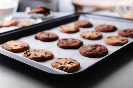 Photo pour Freshly baked cookies on tray - image libre de droit