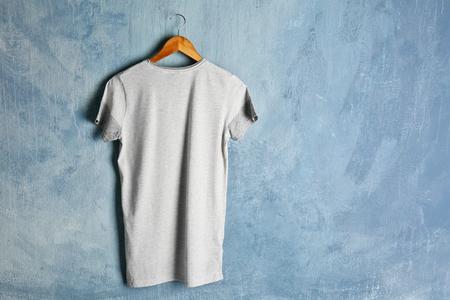 Photo pour Blank color t-shirt on grunge background - image libre de droit