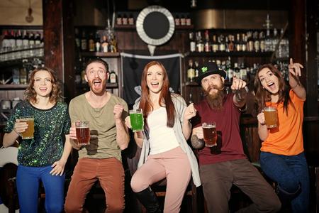 Foto de People celebrating Saint Patrick's Day in pub - Imagen libre de derechos