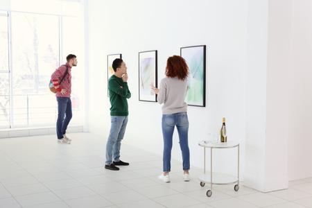 Foto de Young people in modern art gallery hall - Imagen libre de derechos