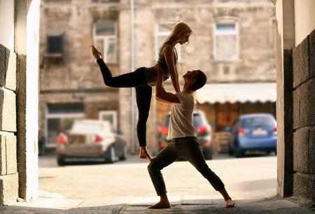 Foto de Passionate couple dancing outdoors - Imagen libre de derechos