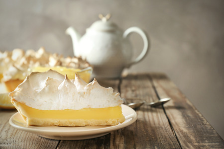 Foto de Piece of delicious lemon meringue pie on plate - Imagen libre de derechos