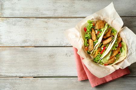 Foto de Delicious fish tacos on wooden table - Imagen libre de derechos