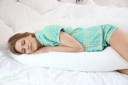Photo pour Beautiful pregnant woman sleeping with body pillow - image libre de droit