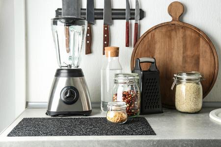 Photo pour Blender and kitchenware on table - image libre de droit