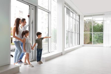 Foto de Happy family entering new house - Imagen libre de derechos
