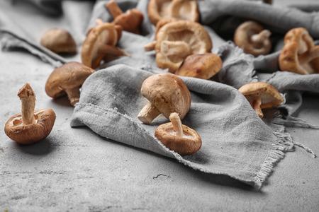 Foto de Raw shiitake mushrooms on table, closeup - Imagen libre de derechos