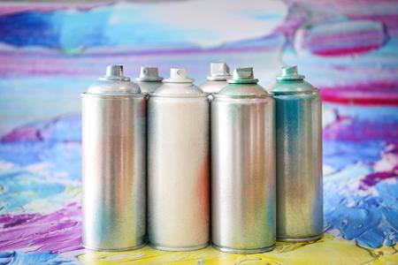 Photo pour Aluminum aerosol cans with paints against blurred background - image libre de droit
