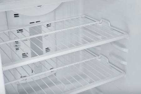Foto de Empty refrigerator shelves, closeup - Imagen libre de derechos