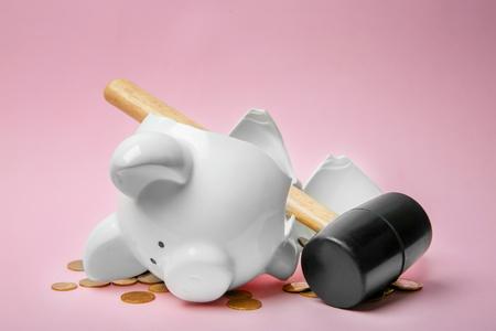 Photo pour Broken piggy bank with money and hammer on color background - image libre de droit