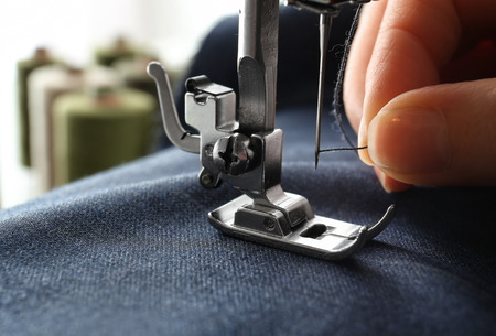 Foto de Woman using sewing machine, closeup - Imagen libre de derechos
