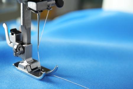 Foto de Sewing machine with fabric and thread, closeup - Imagen libre de derechos