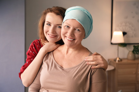 Photo pour Young woman visiting her mother with cancer indoors - image libre de droit