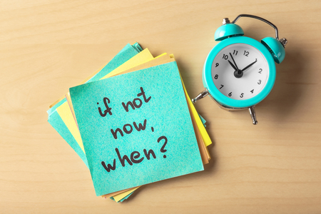 Photo pour Sticker with phrase If not now, when? and alarm clock on table. Time management concept - image libre de droit