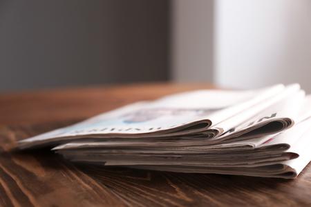 Photo pour Pile of newspapers on wooden table - image libre de droit