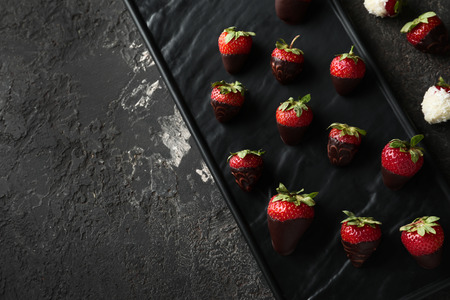 Photo pour Plate with delicious strawberry covered with chocolate on grey textured background - image libre de droit