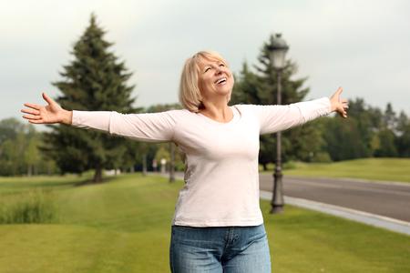 Photo pour Beautiful mature woman outdoors on summer day - image libre de droit