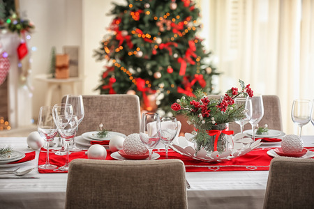 Photo pour Table served for Christmas dinner in living room - image libre de droit