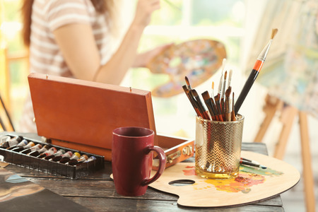 Foto de Table with brushes and paints in artist's workshop - Imagen libre de derechos