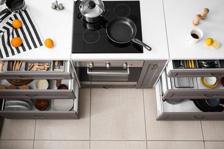Photo pour Set of clean kitchenware in open drawers - image libre de droit