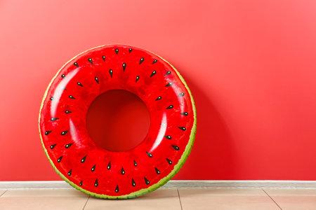 Photo pour Inflatable ring near color wall - image libre de droit