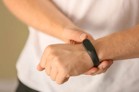 Photo pour Man with fitness tracker checking his pulse, closeup - image libre de droit
