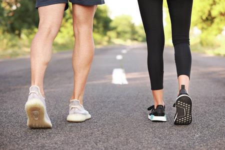 Foto de Legs of sporty young couple running outdoors - Imagen libre de derechos