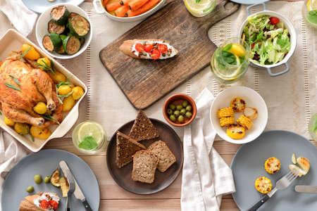 Photo pour Table set for big family dinner - image libre de droit