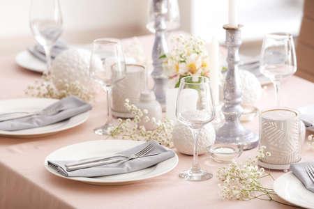 Photo pour Beautiful table setting with floral decor - image libre de droit