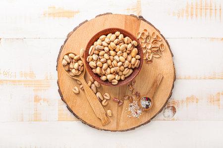 Photo pour Composition with tasty pistachio nuts on table - image libre de droit