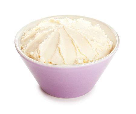 Photo pour Bowl with tasty cream cheese on white background - image libre de droit