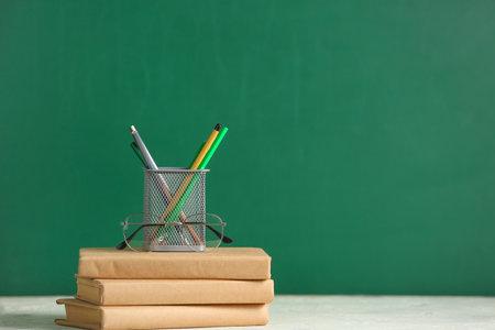 Foto de Books and stationery on table in classroom - Imagen libre de derechos