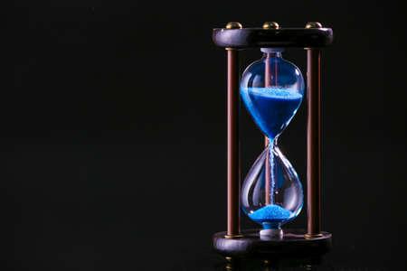 Photo pour Hourglass on dark background. Time management concept - image libre de droit
