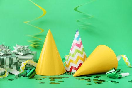 Photo pour Party hats and decor on color background - image libre de droit