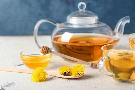 Photo pour Healthy dandelion tea with honey on table - image libre de droit