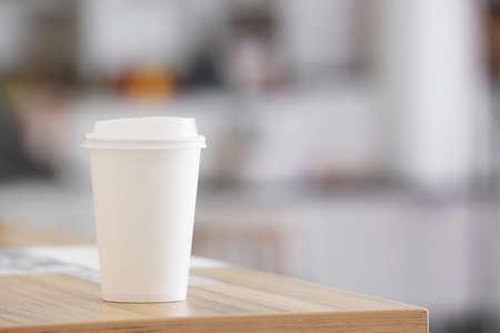 Photo pour Takeaway cup for drink on table - image libre de droit
