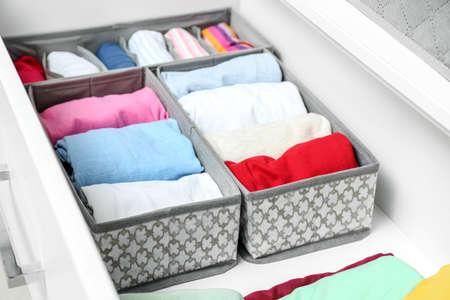 Photo pour Open drawer with clean clothes in closet - image libre de droit