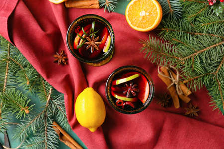 Photo pour Glasses of tasty mulled wine on color background - image libre de droit