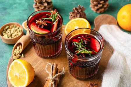 Photo pour Glasses of tasty mulled wine on table - image libre de droit