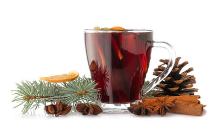 Photo pour Cup of tasty mulled wine on white background - image libre de droit