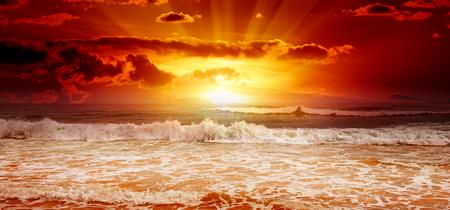 Foto de Beautiful sunset above the sea - Imagen libre de derechos