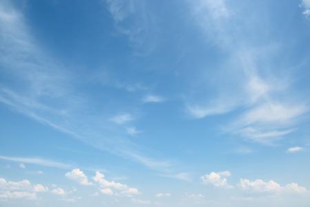 Foto de white cloud on blue sky - Imagen libre de derechos