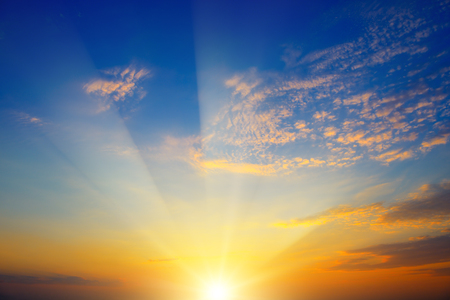 Photo pour Scenic sunset with sun rays against bright blue sky and orange clouds - image libre de droit
