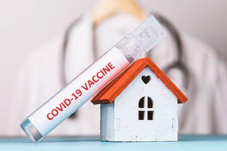 Photo pour Ampoule with a vaccine against coronavirus COVID-19, close-up. Family medicine concept - image libre de droit