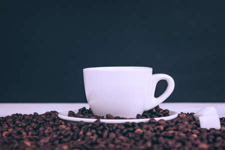 Photo pour Cup for a drink with sugar on the background of coffee beans - image libre de droit