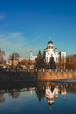Photo pour Russian church reflecting in water of Yekaterinburg city pond - image libre de droit
