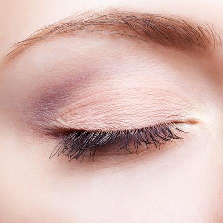 Photo pour Closeup shot of female face makeup with closed eye - image libre de droit