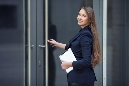Photo pour A beautiful business woman enters the office - image libre de droit