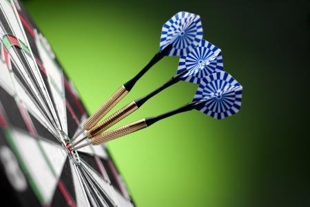 Photo pour darts arrows in the target center - image libre de droit